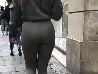 A pretty woman in legging